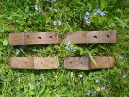 4 Füße ohne Bodenplatte zum Anschrauben (z.B. gegen Kippeln)